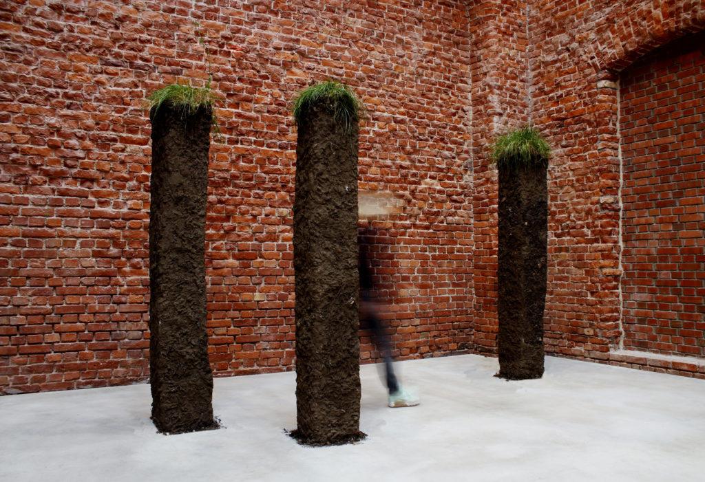 """Veronika Pfaffinger, """"Wiesenstücke"""", Wiese, Erde, Kies, Metall, Beton, Styropor, Kleister, 2017"""